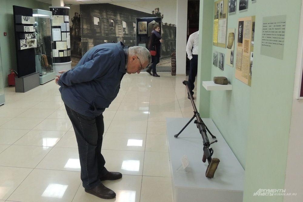 Посетитель рассматривает противотанковое ружье Дегтярева.