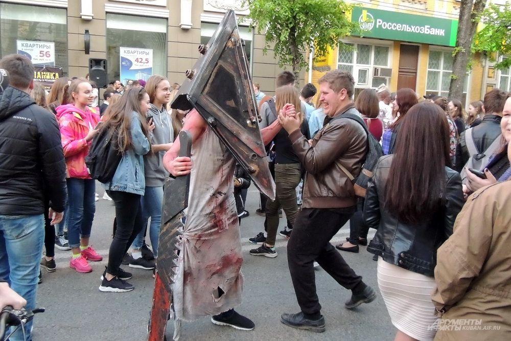Аниматоры в костюмах злодеев пытались пугать прохожих, но людям наоборот становилось весело.
