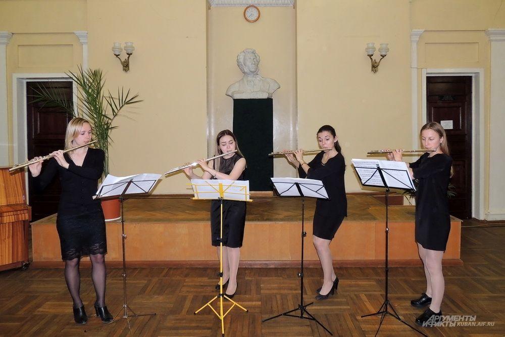 Выступление квартета флейтисток в библиотеке имени А. С. Пушкина.