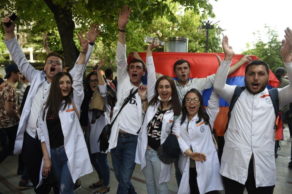 На митинге в Ереване в связи с отставкой премьер-министра Сержа Саргсяна.