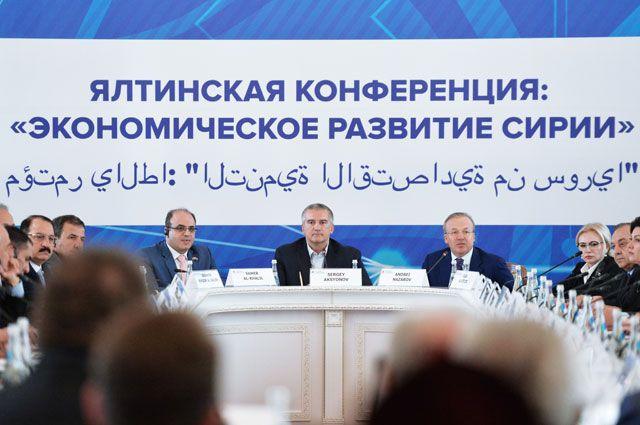 Глава Республики Крым Сергей Аксёнов (в центре) на Ялтинском международном экономическом форуме в Крыму.
