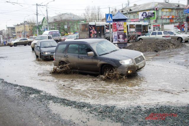 Лужи на дорогах - обычное явление на дорогах Новосибирска.