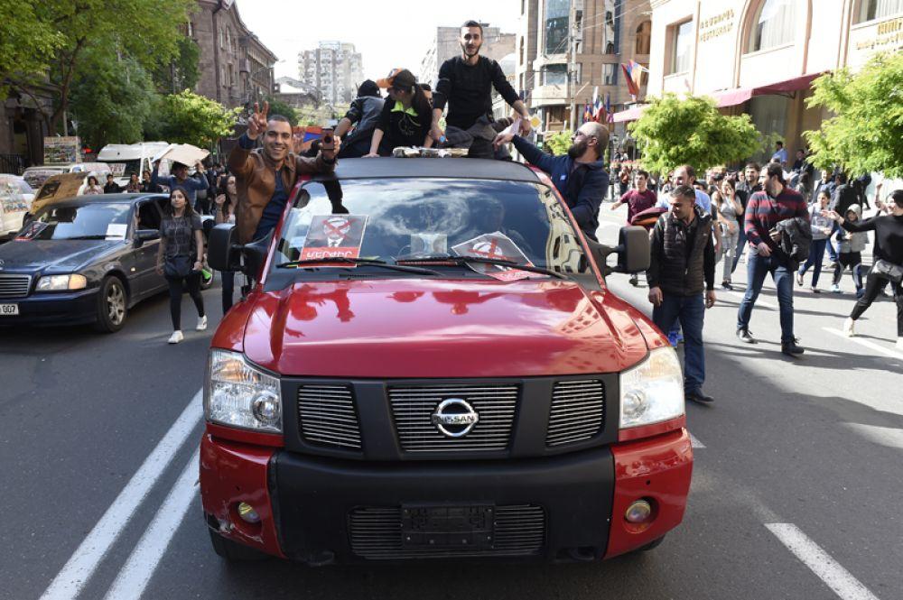 Участники митинга в Ереване в связи с отставкой премьер-министра Сержа Саргсяна.