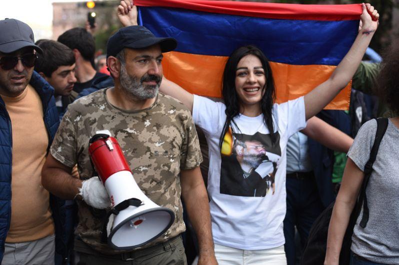 Лидер протестного движения «Мой шаг» Никол Пашинян (второй слева) на митинге в Ереване в связи с отставкой премьер-министра Сержа Саргсяна.