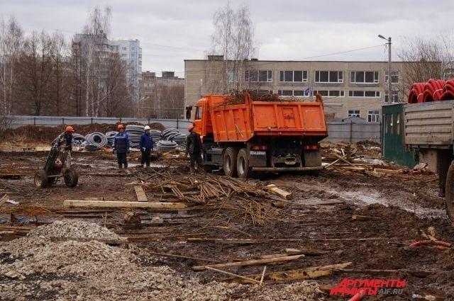 На объекте работает 335 человек и 46 единиц техники.