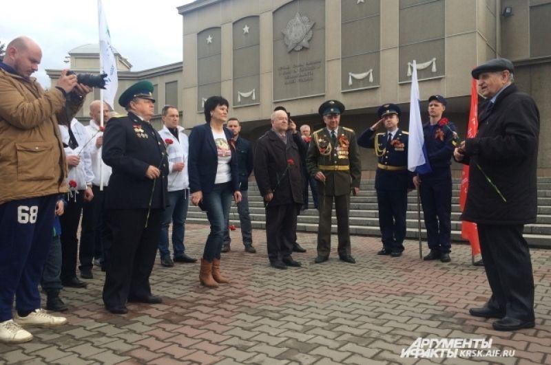 По традиции стартовали участники автопробега от Мемориала Победы в Красноярске.