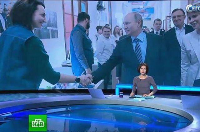 Елене пожимает руку Владимир Путин.
