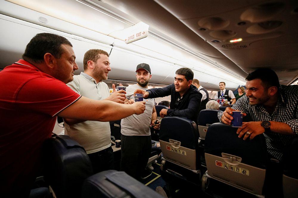 Армяне, летящие рейсом из Киева в Ереван, празднуют отставку премьер-министра Сержа Саргсяна.