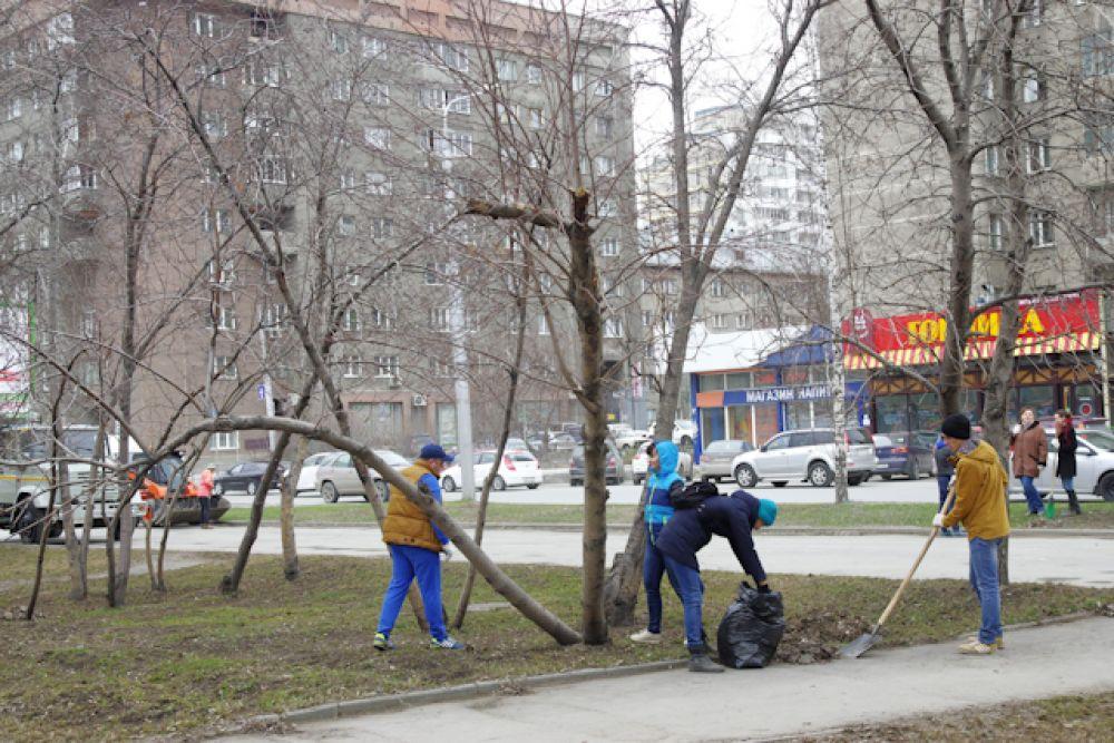 Горожане дружно орудовали граблями и лопатами.