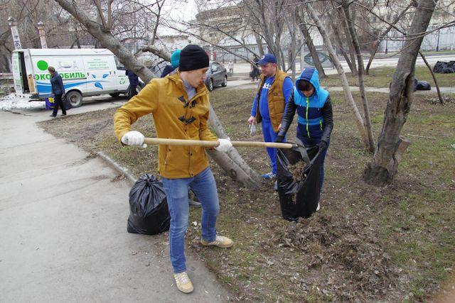 С граблями и лопатами. Новосибирцы вышли на общегородской субботник