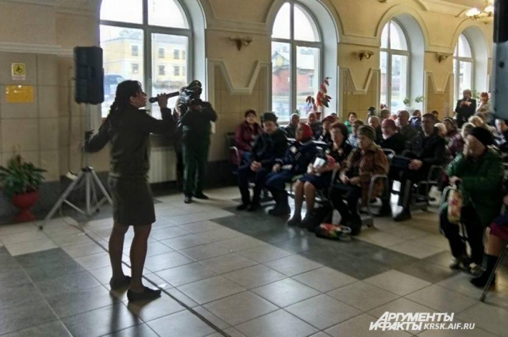 Уяр. Встреча с ветеранами и жителями города на железнодорожном вокзале.