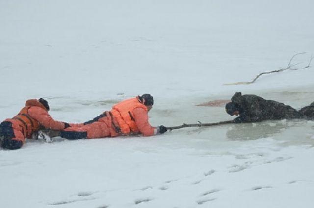 Одного из трёх провалившихся рыбаков вытащили из ледяной воды спасатели.
