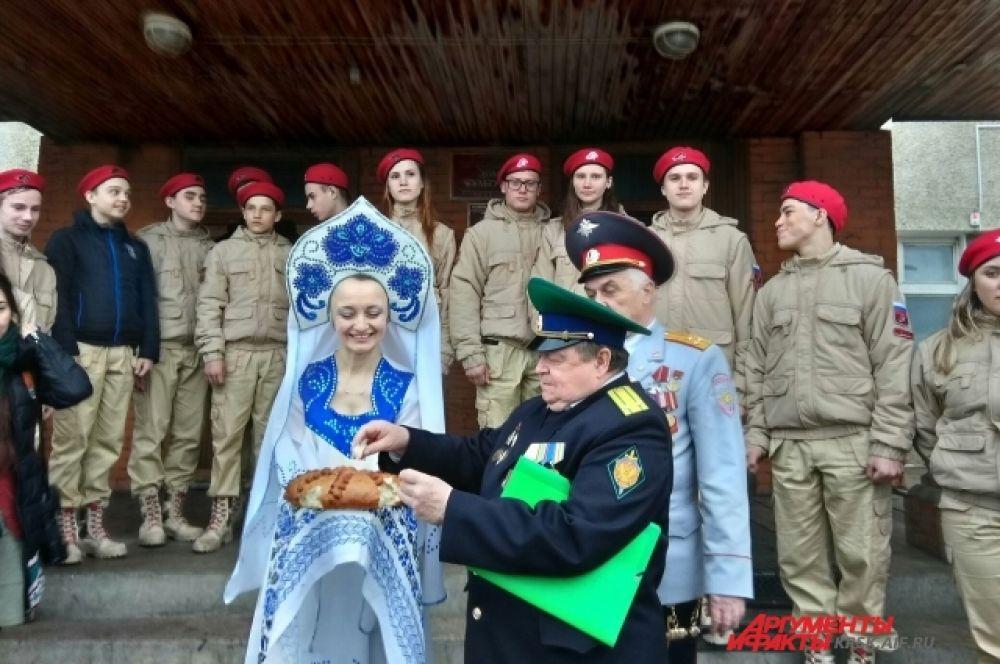 В посёлке Тасеево участников автопробега встречали хлебом-солью.