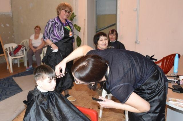 Клиентами начинающих парикмахеров стали подопечные общественной организации.