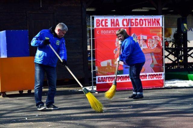На субботнике в парке «Лесная сказка» поработали некоторые депутаты Заксобрания.