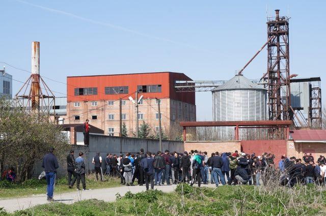 На заводе работало около 100 человек, и столько же было занято в смежных производствах.