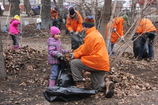 Дети сотрудников вызвались помочь родителям прибрать сквер.
