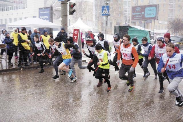 Под непрекращающимся снегопадом у стартовой линии выстроились участники первого забега.