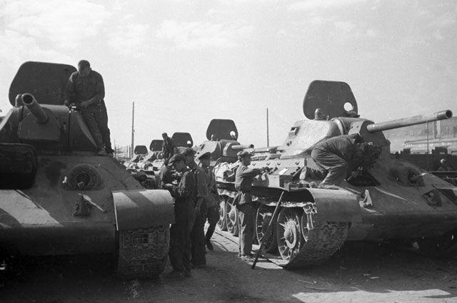 Сталинград, август 1942 года. Тракторный завод. Танкисты получают новую партию танков Т-34 для отправки на фронт.