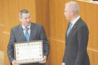За активное участие в проекте местных инициатив награждается староста села Каргино Вешкаймского района Юрий Гордеев.
