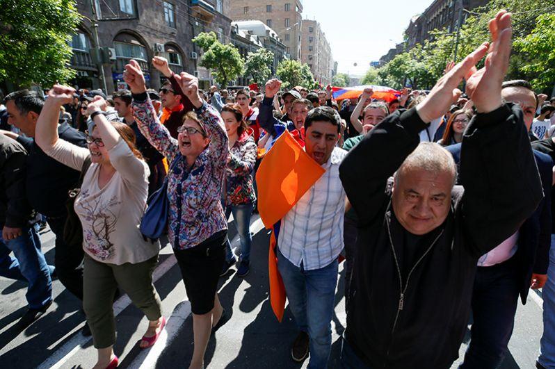 Участники протестной акции прошли маршем по центральным улицам Еревана.