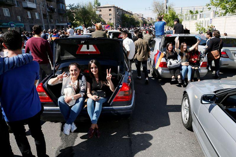 Участники митинга оппозиции в Ереване.