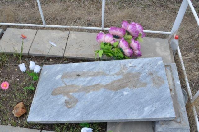 Под Орском двое школьников надругались над памятниками на кладбище.