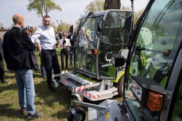 Кличко проверил ремонт парка «Победа» и новую технику «Киевзеленстроя»