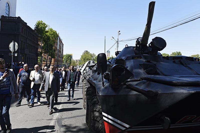 Сторонники оппозиции на улице в Ереване.