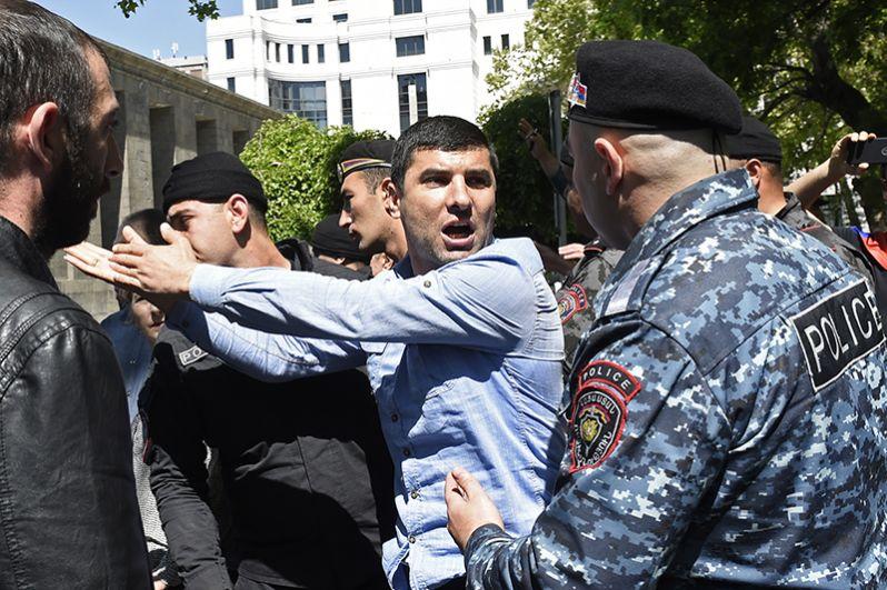 Сторонники оппозиции и полицейские на улице в Ереване.