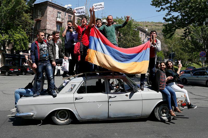 Оппозиционеры с флагами в руках обошли несколько центральных улиц, после чего вернулись снова на площадь Республики. Водители приветствовали участников марша гудками.