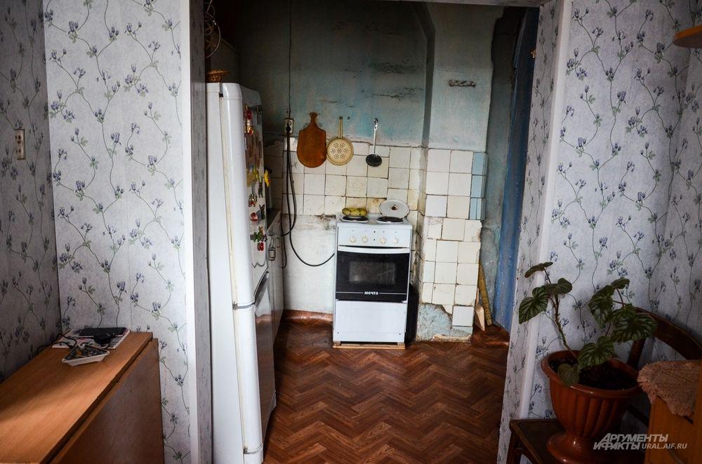 Бабушке и внучке зимой приходится безостановочно протапливать квартиру в промерзлом и разваливающемся бараке.