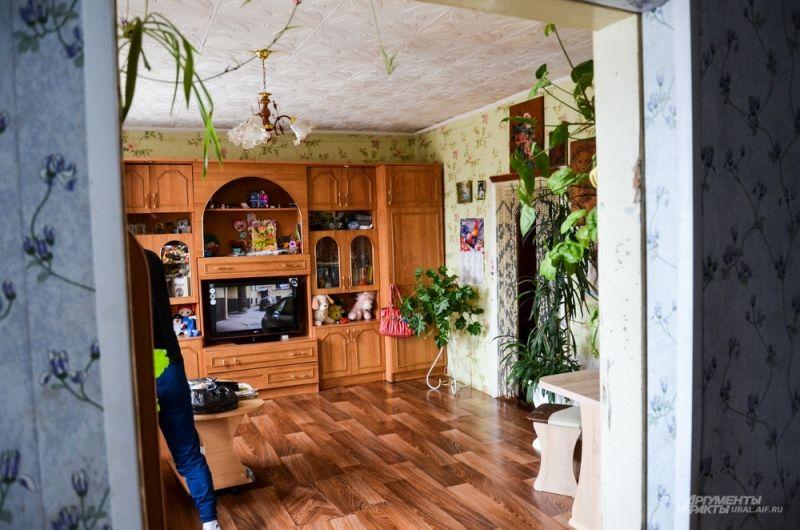 66-летняя Ольга Павловна тщательно следит, чтобы в доме была чистота и порядок, несмотря на холодный фанерный пол и ужасные коммунальные условия.