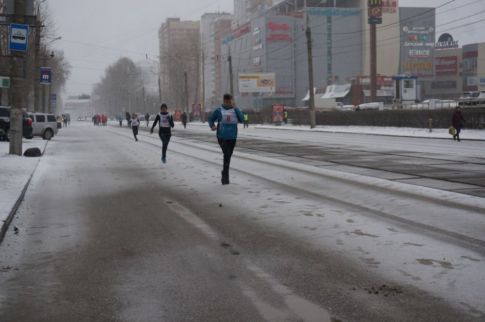 Несмотря на заснеженную дистанцию, участники стойко бегут.