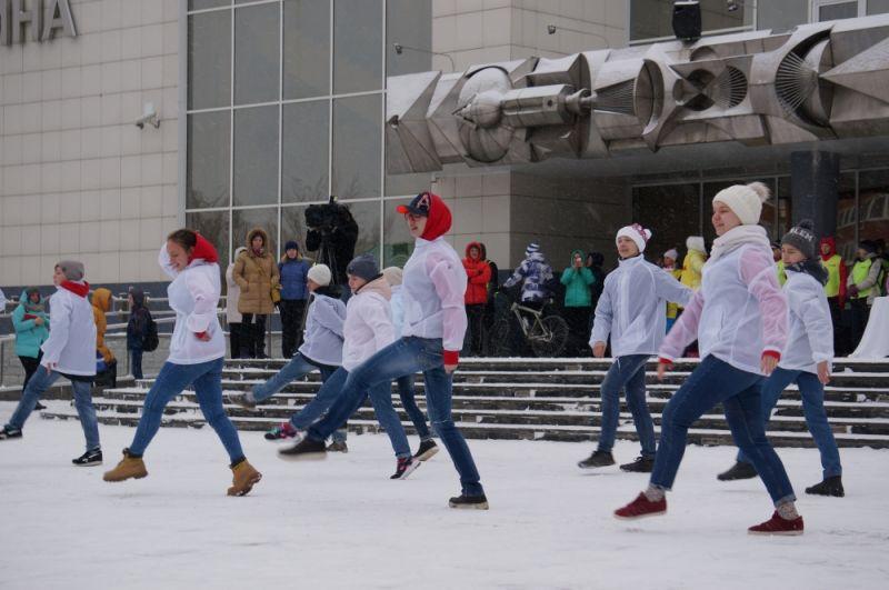 Энергичными танцами они зажгли участников.