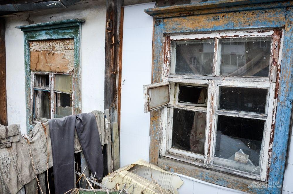 Жильцы остальных квартир в бараке давно съехали: окна разбиты, внутри зачастую ночуют бомжи.