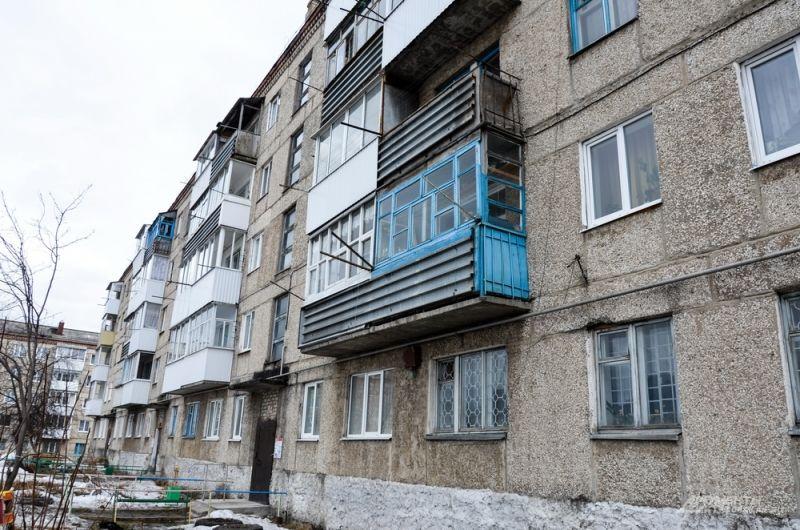 Главный бич Артемовского - ЖКХ. В пятиэтажных многоквартирных домах холодная вода хорошо течет из-под крана только на первом этаже, до пятого этажа порой не доходит. А горячей и вовсе нет.