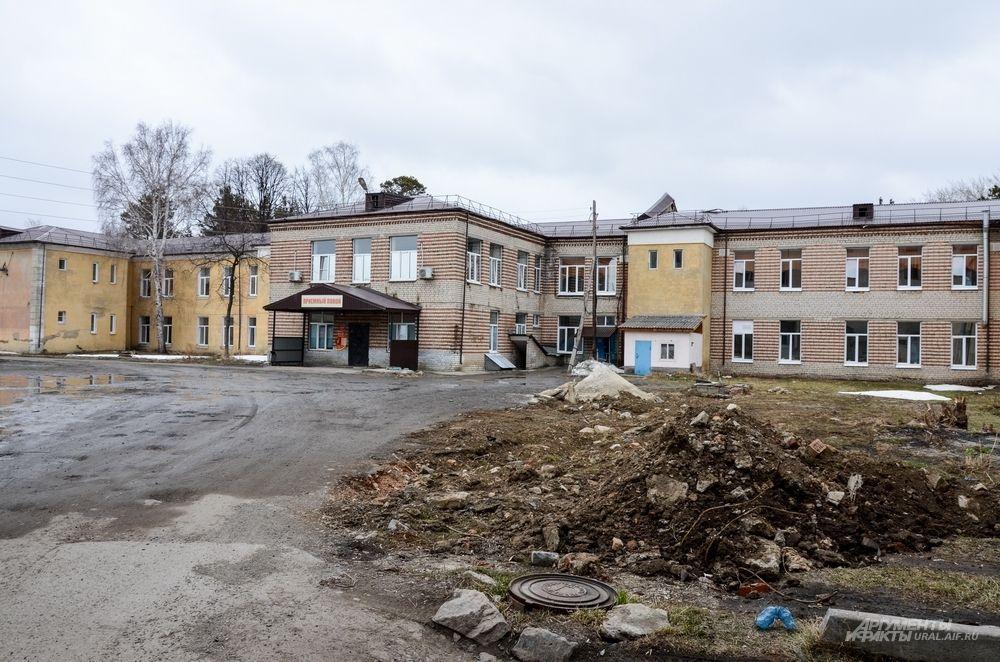 Как считают городские власти, делать капитальный ремонт в поликлинике нецелесообразно. Поэтому - недострой подлежит сносу, а рабочая поликлиника будет стоять до того момента, пока не построят новую.