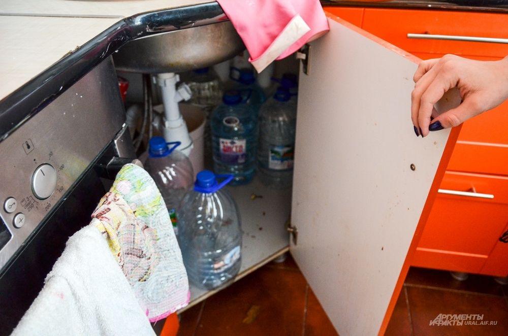 Местные жители приноровились к таким условиям и заранее запасаются водой.