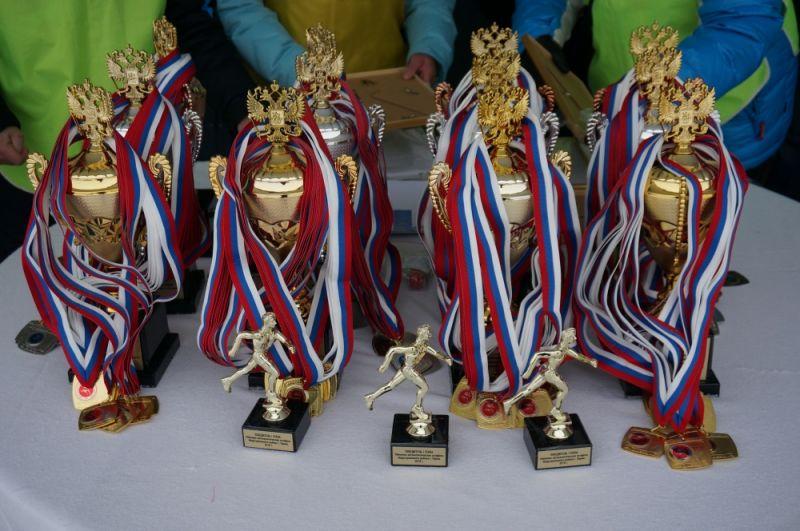 Кубки и медали для победителей.