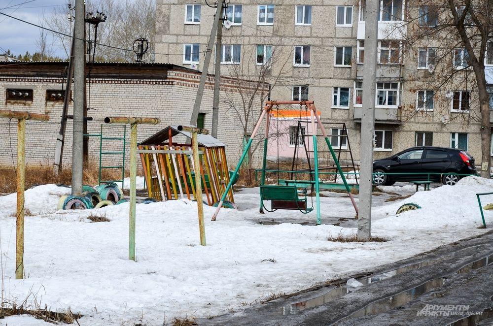 «На наши детские площадки грустно смотреть», - признаются жители дома по улице Дзержинского, 2В, в Артемовском.