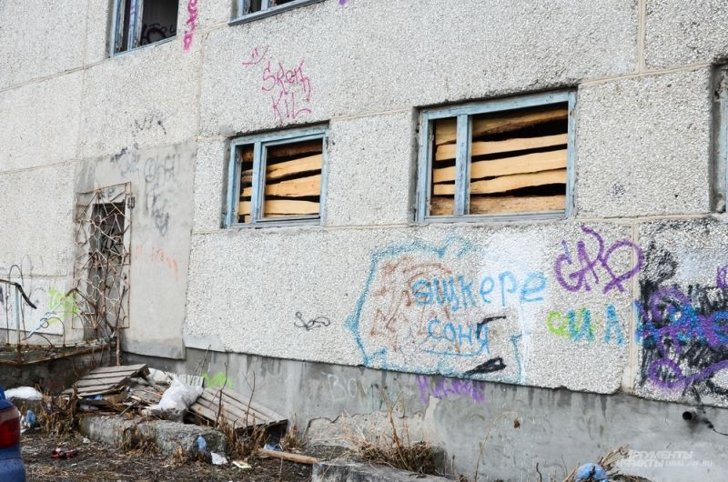 Несмотря на заколоченные окна и наличие забора, несовершеннолетние подростки каким-то образом умудряются попасть внутрь опасного здания.