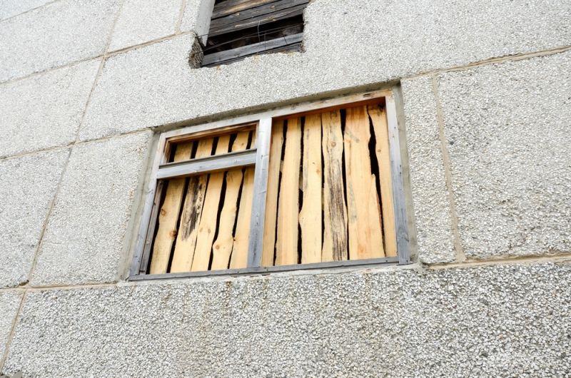 Окна первых этажей поликлиники заколочены.