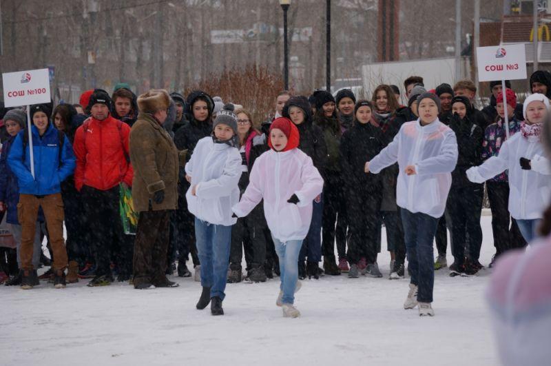 На открытии эстафеты выступили танцевальные коллективы.