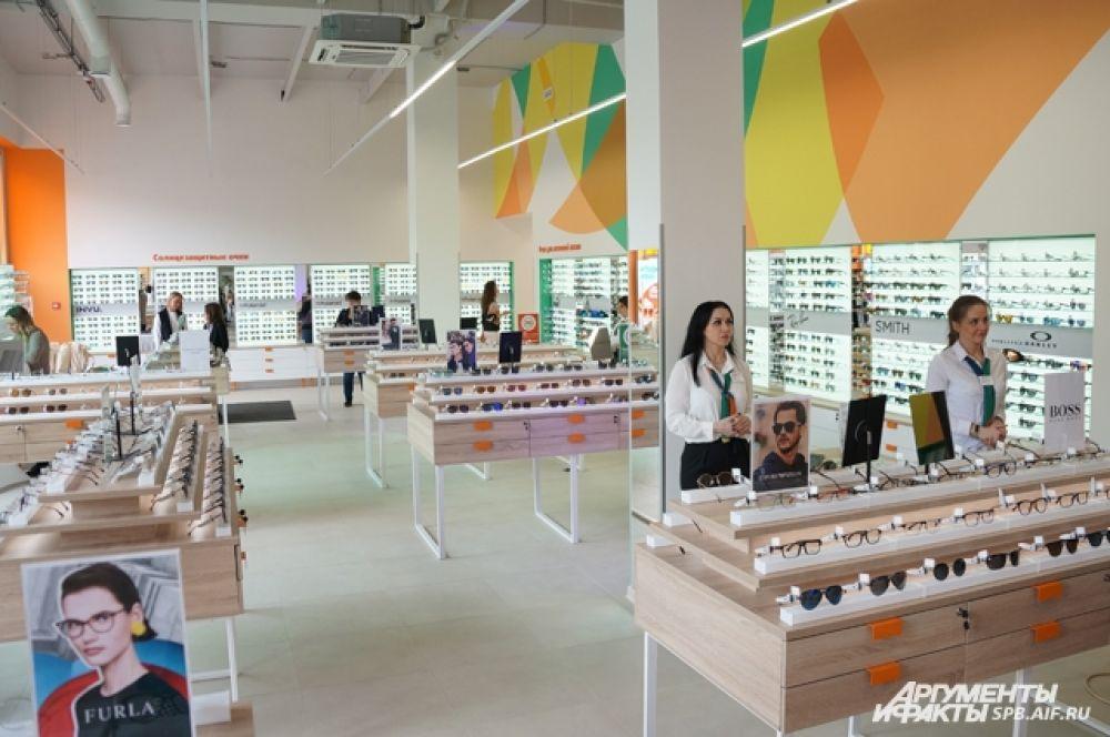 В центре Петербурга открывается крупнейший оптический салон в России.