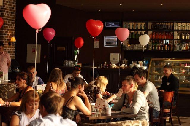 Вечеринки знакомств многим нравятся больше, чем знакомства в интернете.