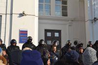 Пройти в обладминистрацию с площади во время митинга протестующим помешала Росгвардия. Никто не наделал глупостей, и политики в Кузбассе опять не стало.