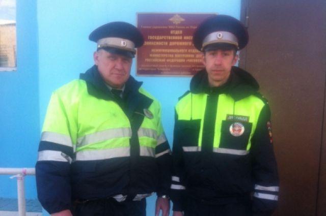 Инспекторы ДПС лейтенант полиции Андрей Саламатов и младший лейтенант Артём Старков решили помочь пассажирам. Сначала они убедились, что никто не пострадал. Потому начали останавливать попутные автомобили и отправлять людей до места их следования.