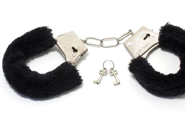 Интимные наручники мужчина сменил на тюремные.