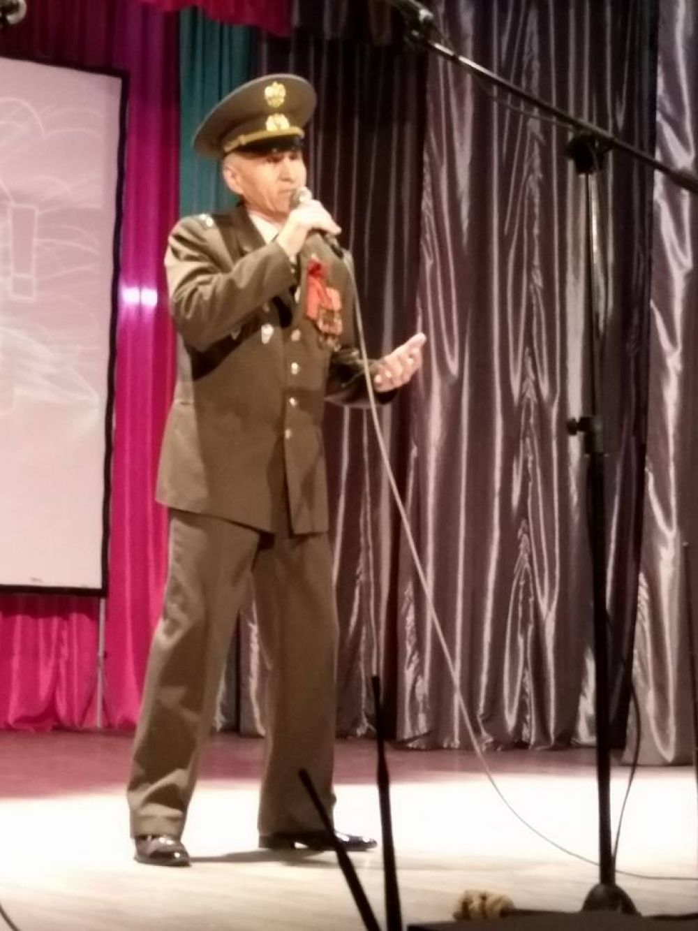 Для ветеранов поет автор-исполнитель, полковник Вадим Черкас.